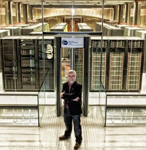 Mateo_Valero_junto_al_superordenador_MareNostrum_del_Barcelona_Supercomputing_Center_en_2013